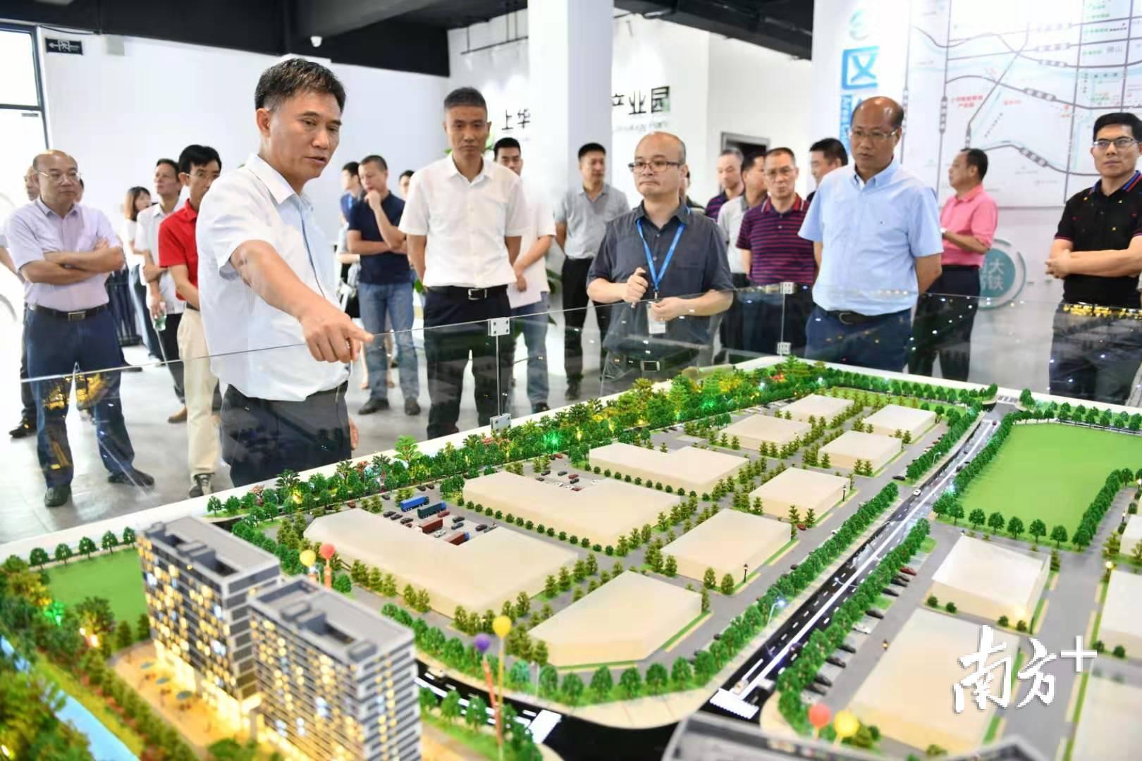 顺德区人大常委会组织专题视察组参观了解乐从上华智能智造产业园的规划和现状。戴嘉信 摄