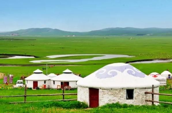 鄂尔多斯草原上的蒙古包。