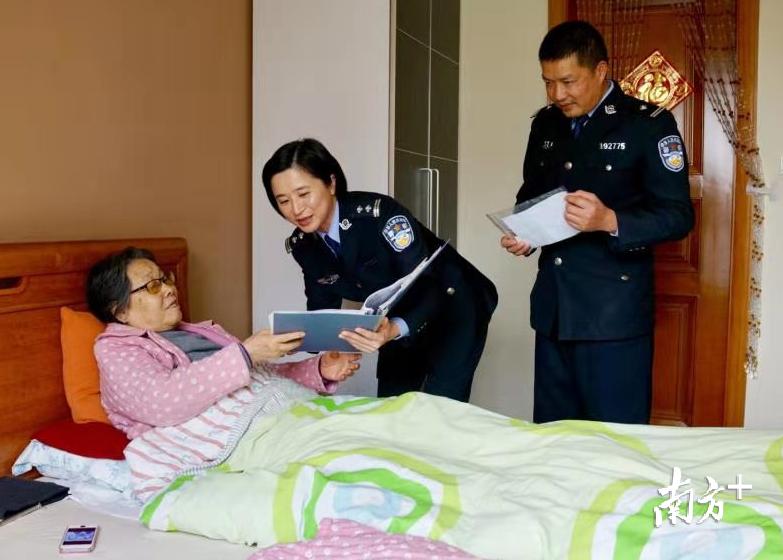 今年1月份,北滘派出所户籍民警上门向陈婆婆核实资料。顺德公安供图