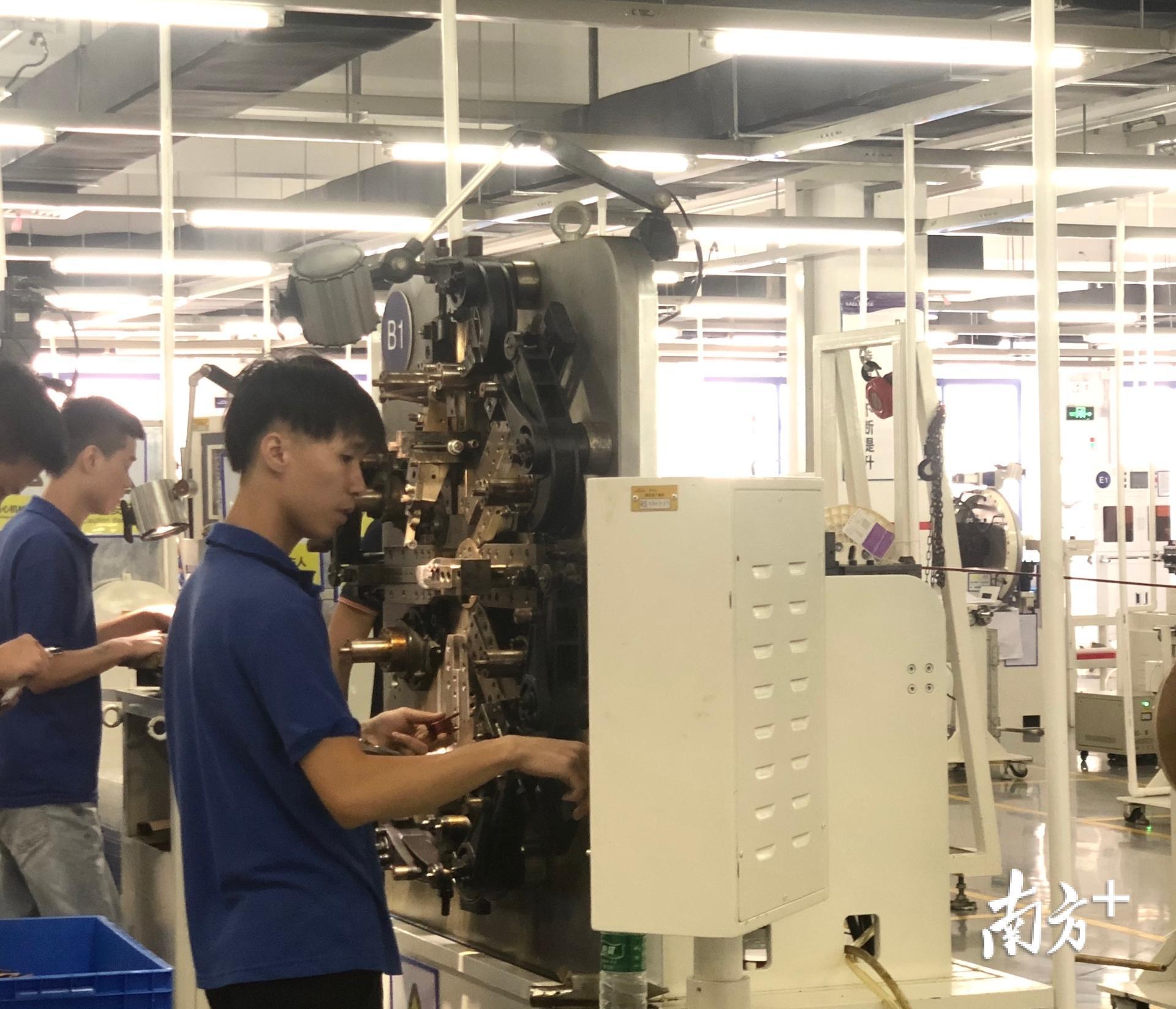 在伊戈尔电气股份公司的生产车间,工人正在操作设备。受访者供图