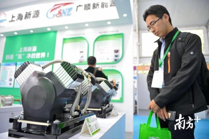 """在近年举办的""""氢能周""""活动上,新能源汽车零部件展示区吸引嘉宾驻足观看。戴嘉信 摄"""