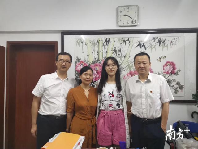 刘磊与雨萱一家人。