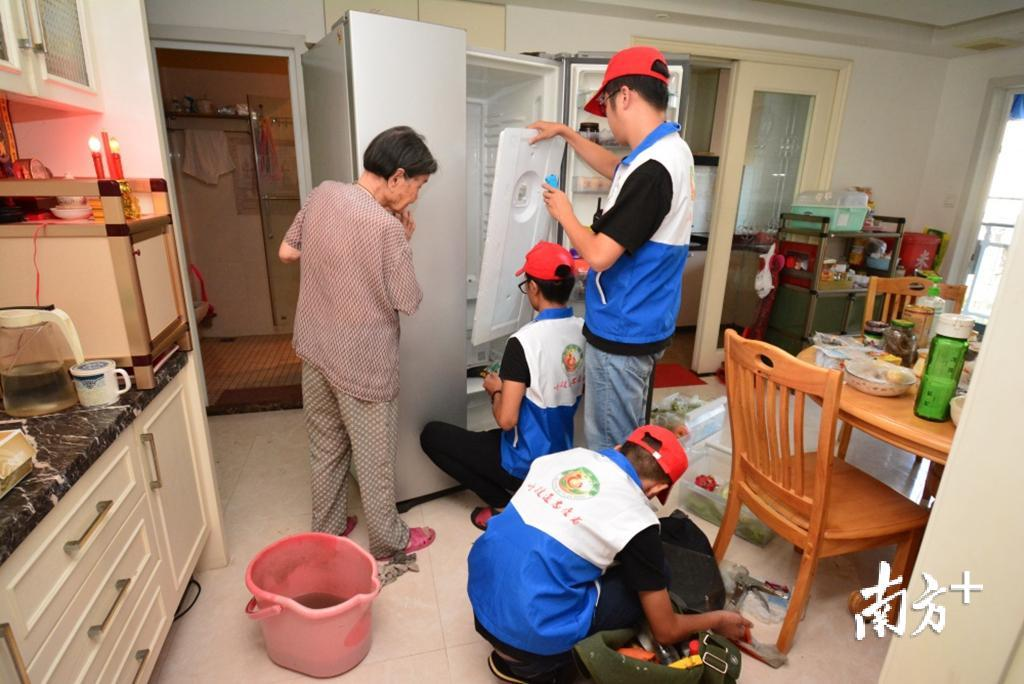 龙湖区呼援通社工服务中心6年多来成功救助高龄长者205人。