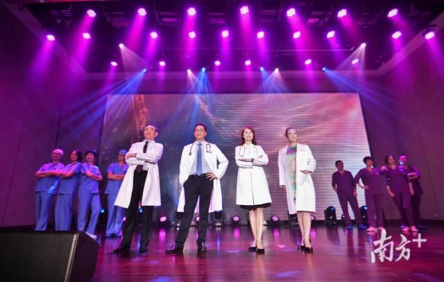 教授、医生护士们展示新版工作服、手术服。