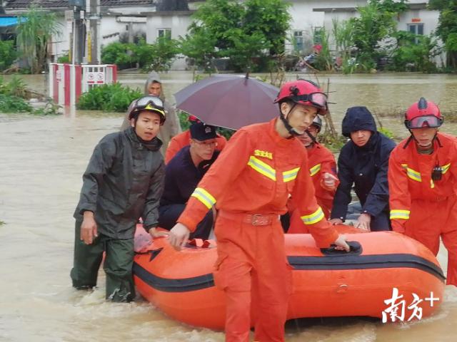 无极荣耀主管开展积水内涝救援工作。
