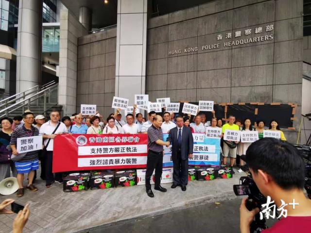 7月16日,本人率领香港南区各界代表前往警察总部慰问和支持警察。