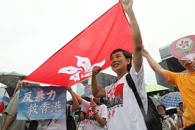 一位市民高举香港特区区旗,支持香港。 (南方周末记者 翁洹/图)