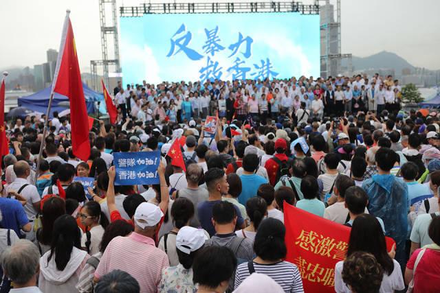 """""""守护香港大联盟""""呼吁全港各界反对一?#34892;问?#30340;暴力,尽快恢复社会正常秩序。 (南方周末记者 翁洹/图)"""