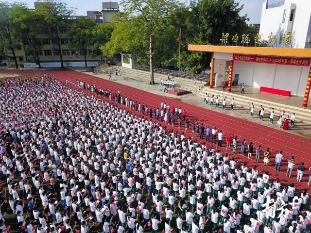 9月2日,梅州各中小学校开学。图为梅州中学开学典礼上,4600多名师生合唱《我和我的祖国》。记者 何森垚 摄