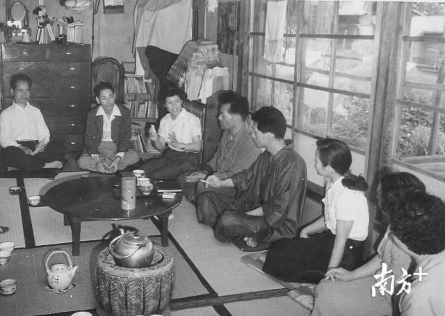 1957年,栗原悦子女士与日本东京都地方议员交流座谈。