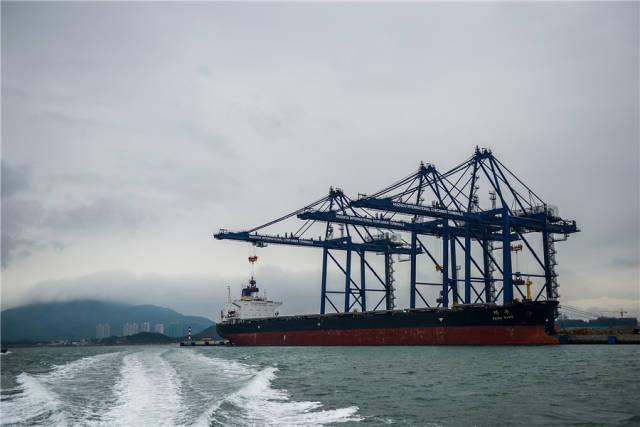 """当下,后二超级倍投港正加速迈向""""亿吨大港""""。南方日报记者 王昌辉 摄"""