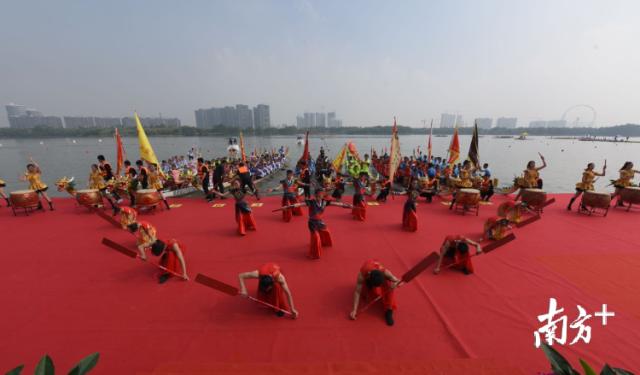 开幕式上融入佛山龙舟文化及岭南民俗文化元素的龙舟文化展演。