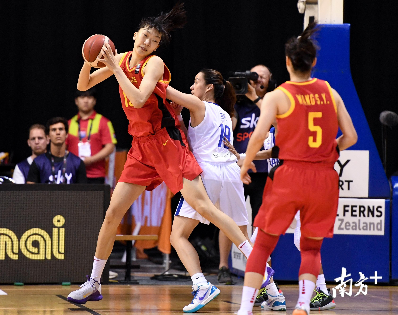 11月17日,女篮东京奥运会资格赛亚大区预赛中,中国队轻取菲律宾队晋级。图为中国队球员韩旭(左)在比赛中拼抢。 新华社照片