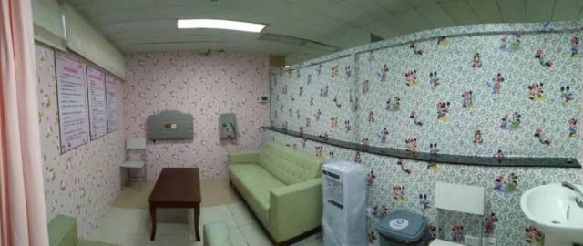 室内配置软皮沙发等家具、婴儿护理台、保护座及拉帘等设施
