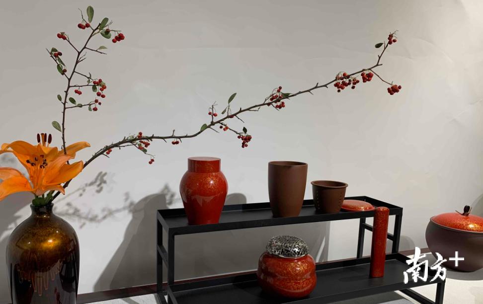 中国红系列的大漆茶叶罐、香炉、香筒等制品。