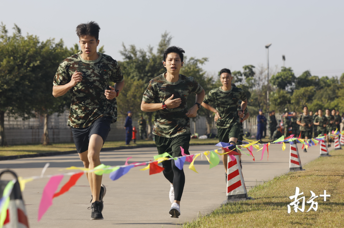消防专职队员参加3000米长跑比赛。曾润生 摄
