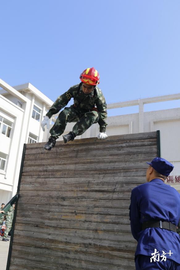 参赛专职消防队员翻越障碍板。曾润生 摄