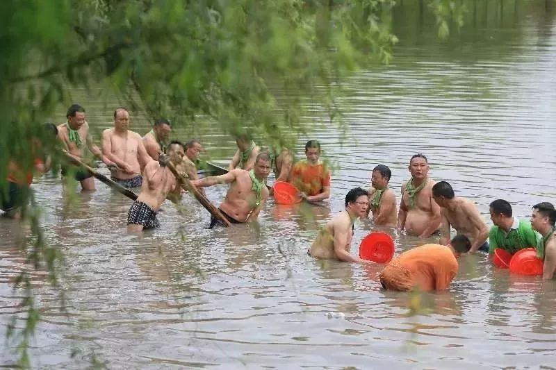"""在东湖公园,人们把上一年沉到河涌或鱼塘的龙舟从水里打捞起来。图源自南方号""""均安乐园网""""。"""