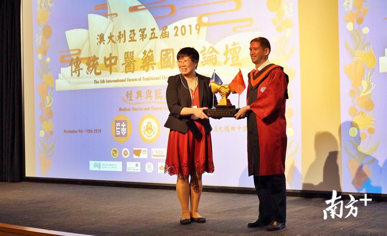 澳大利亚中医药学会会长陈曙仪(左)。资料图片