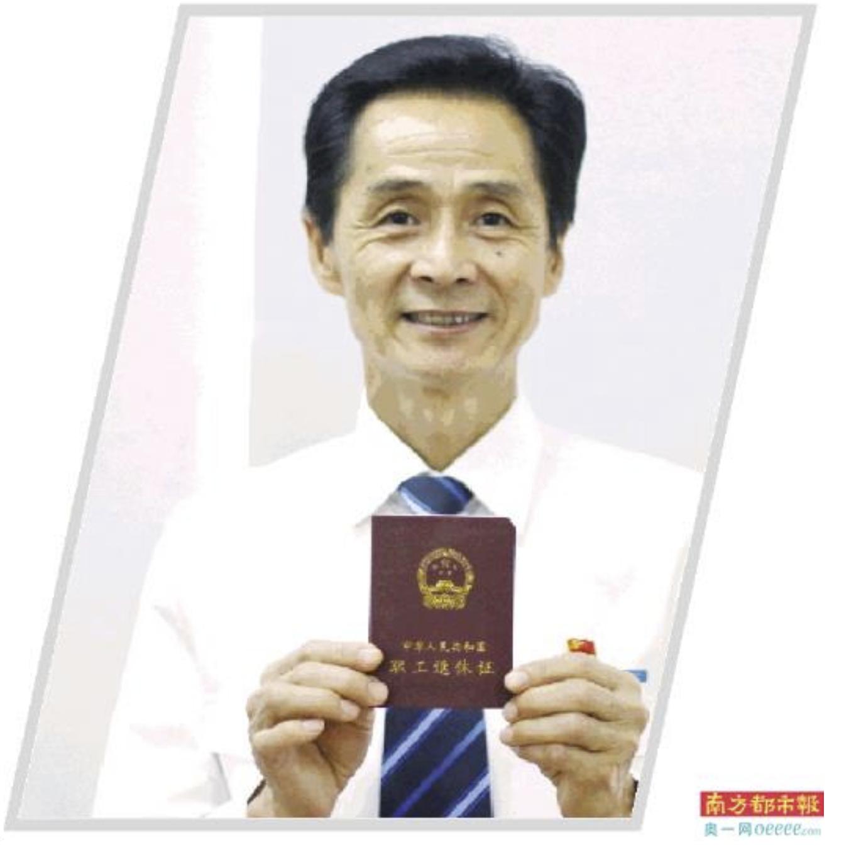 王树贵领到退休证。何国劲 摄
