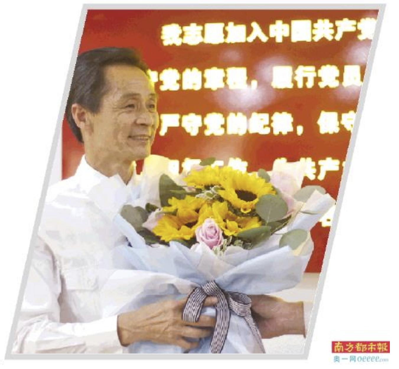王树贵收到同事送的鲜花。何国劲 摄