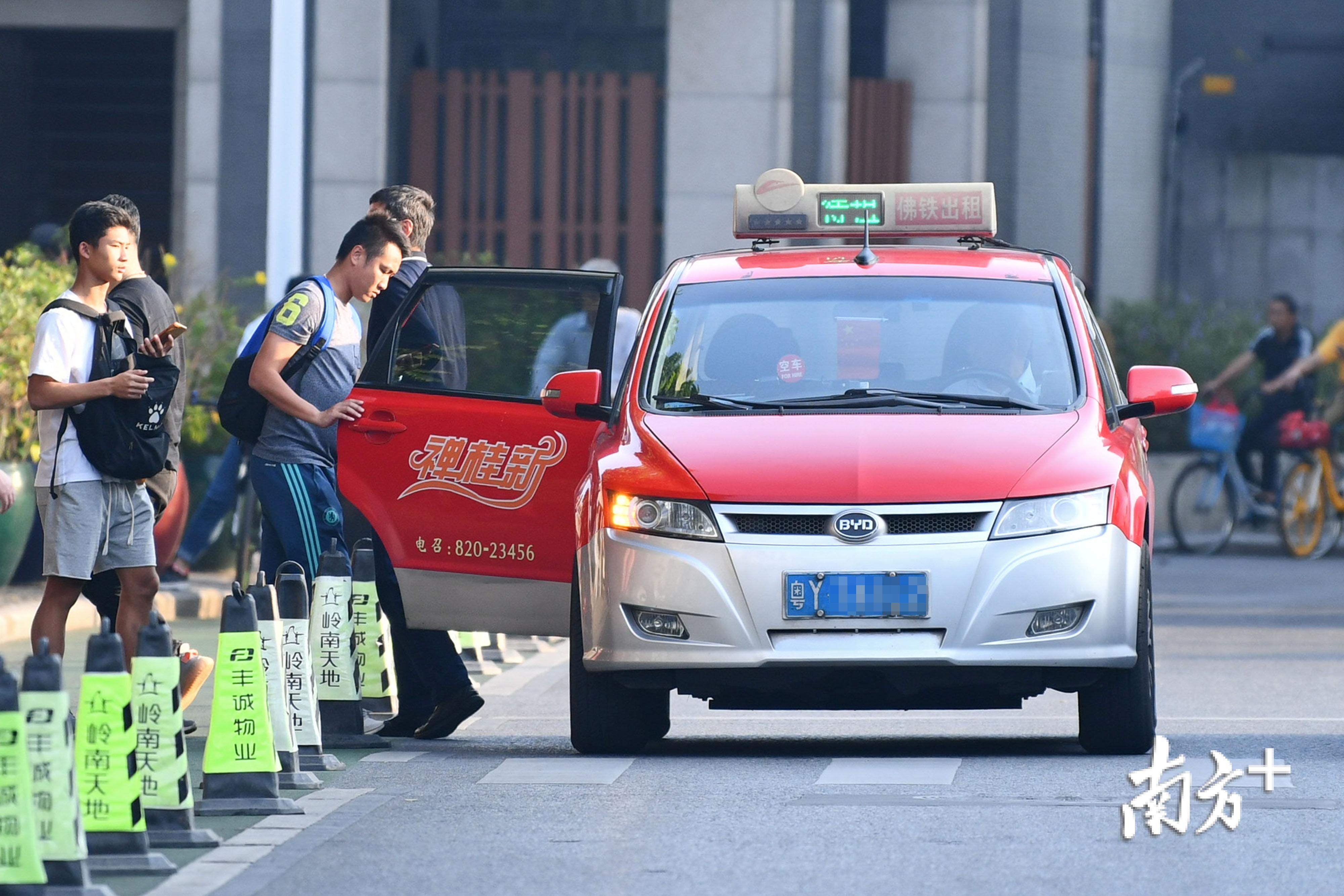 乘客在岭南天地打出租车。南方日报记者 戴嘉信 摄