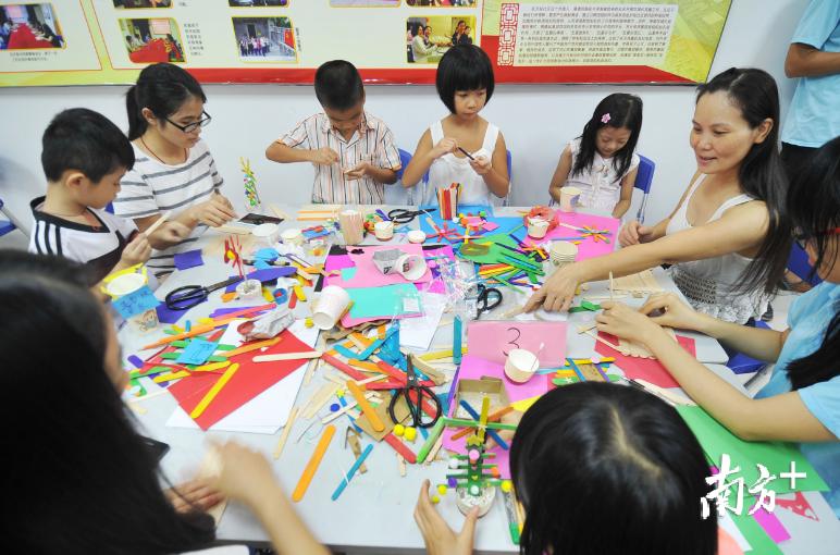 兰桂家庭综合服务中心通过举办的小课堂活动让社区住户更好地融合。