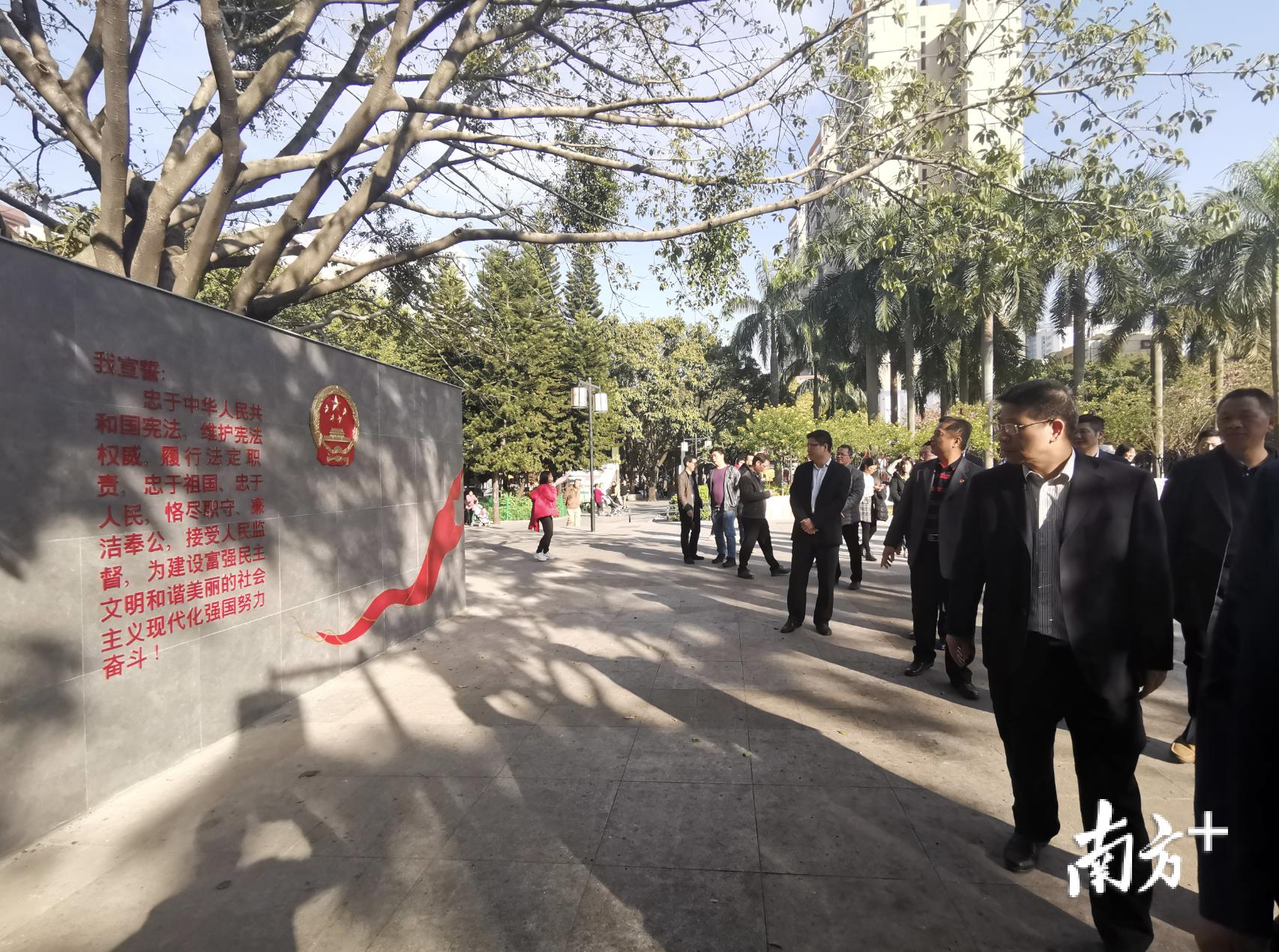 揭牌嘉宾与群众一起参观唐翠法治文化公园。 唐梦 摄