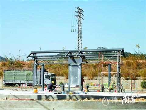 正在进行驿站改造的公交车站。何志勇 摄