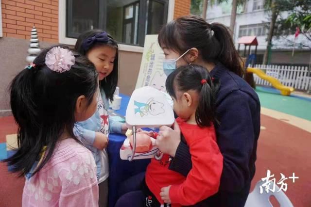 儿童齿科的医生走进幼儿园教小朋友刷牙。