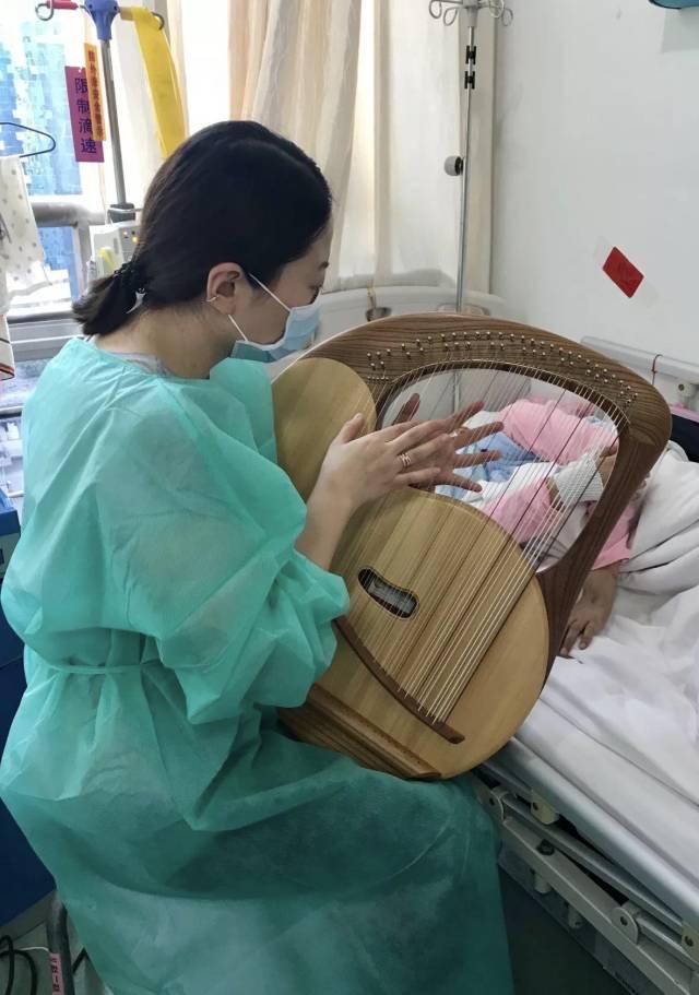 △時靜潔在音樂治療中彈奏里拉琴