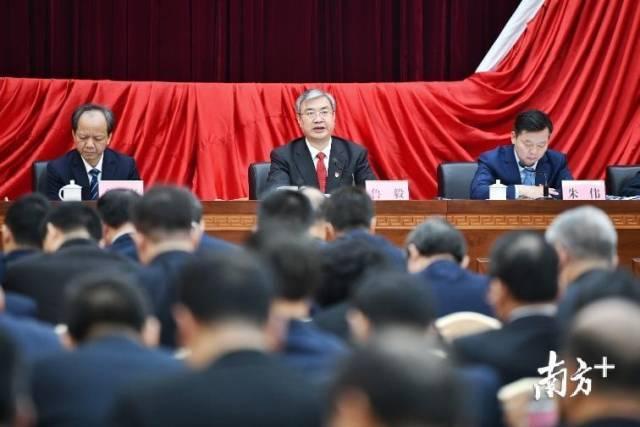 佛山市委书记鲁毅代表市委常委向全会作报告。