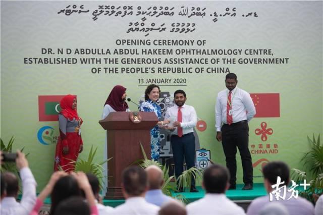 開業慶典上,馬爾代夫衛生部部長向中國醫療隊頒發感謝牌匾。