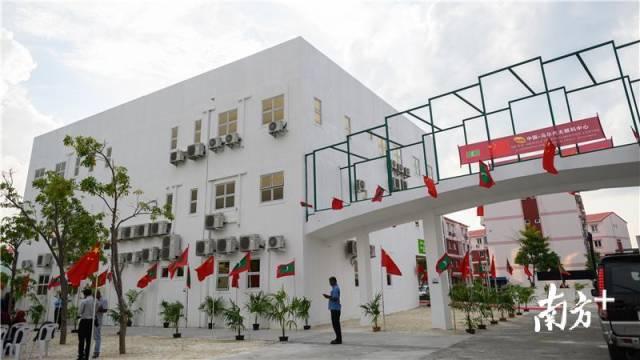 馬爾代夫的胡魯馬累醫院內五星紅旗飄揚,中馬眼科中心正式開業。