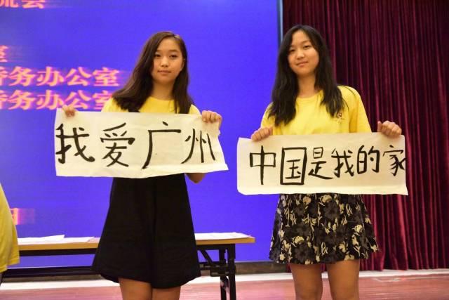 海外华裔青少年中国寻根之旅夏令营广州营,来自美国的两姐妹展示学到的中国书法