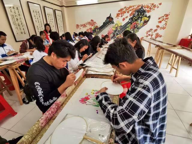 海外幼师班学员在学习体验广绣文化