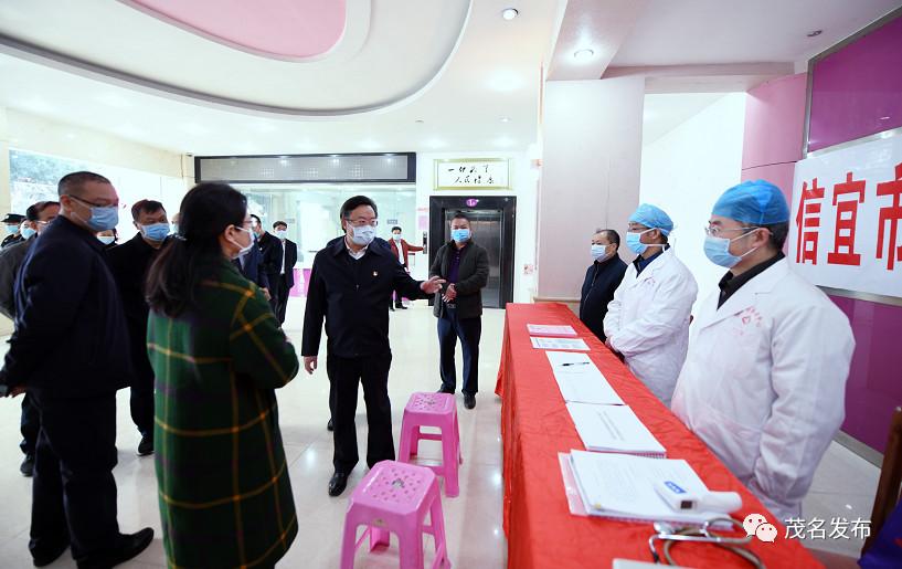 许志晖在了解信宜市健康监测点工作开展情况。甘杨松 摄