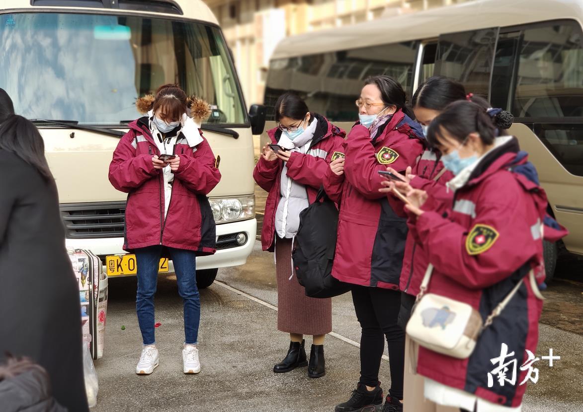 出发前的空隙,医疗队员用手机与亲人报平安。