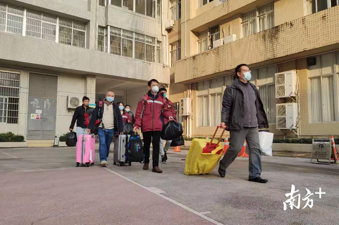 出征医疗队员在茂名市疾控中心集结。