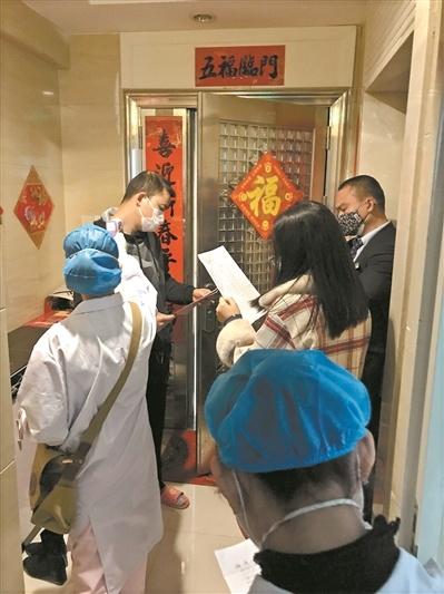 社区医务人员上门为居民测量体温。广州日报全媒体记者张晓宜摄