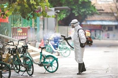 芦荻街对发现病例的社区上门摸查、消杀,每天大冲洗。广州日报全媒体记者陈忧子摄