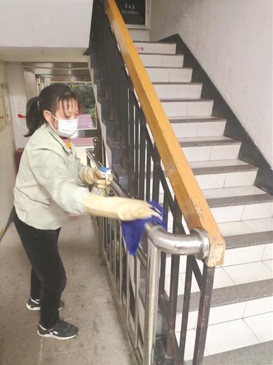 海珠区南石头街的社区加强做好小区公共空间的保洁、消毒工作。广州日报全媒体记者邱伟荣摄