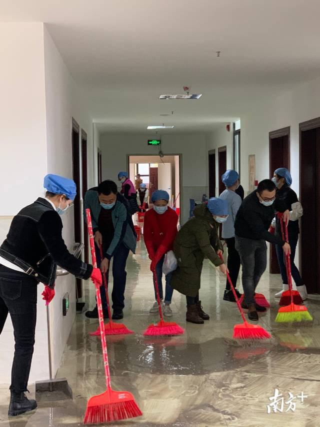 年三十到年初二,梅州市第三人民医院员工日夜加班进行新院区卫生大会战。