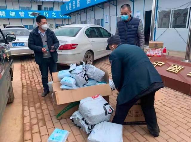 碧桂园集团湖北区域员工将物资交接给武汉邮政送往火神山医院