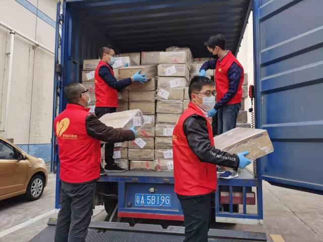 碧桂园集团党员服务总队发动党员志愿者参与防疫物资运送与搬运等工作