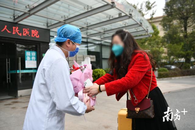 2月11日,佛山一名患者治愈出院,向医务人员表达谢意。南方日报记者 戴嘉信 摄