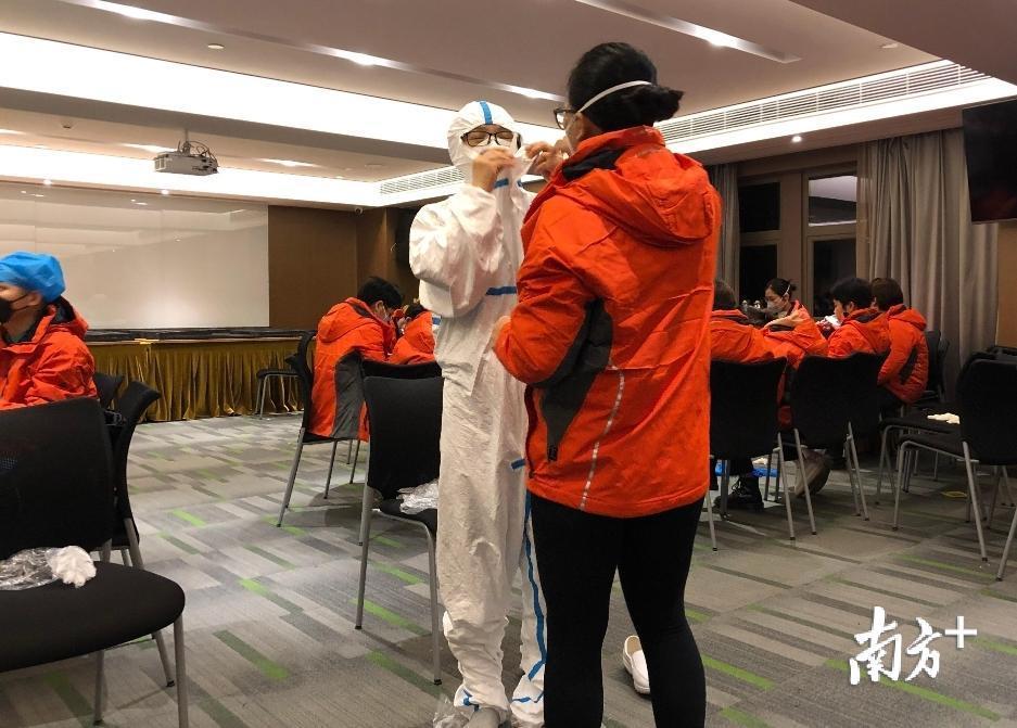 通过培训,全员掌握院感防护要求,特别是以穿脱防护服为重点的个人防护。佛山市第二人民医院供图