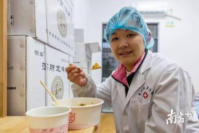 为了适应武汉当地的饮食口味,煲仔饭里加了辣椒酱。碧桂园供图