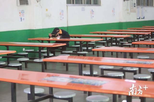 2月17日,在深圳坪山区震雄工业园的食堂,员工一人一桌,使用一次性餐具就餐,大部分员工选择打包到生产车间用餐。南方日报记者 朱洪波 摄
