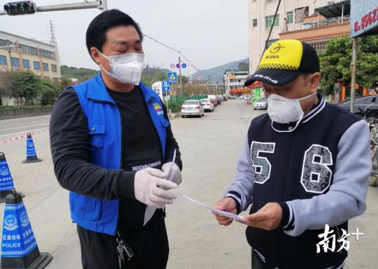 义务网格管理员周拥军向村民宣传防疫